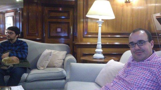 Izan Avenue Louise: El salón del hotel y unos sofás