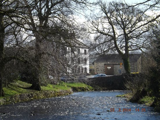 New Inn Hotel: looking across the beck to the New Inn, perfect setting.