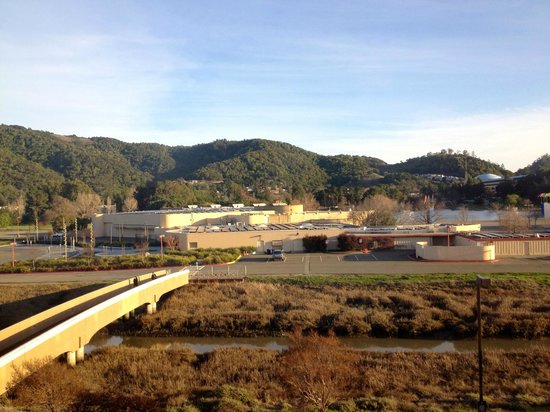 Embassy Suites by Hilton Hotel San Rafael - Marin County / Conference Center : footbridge to Marin Center