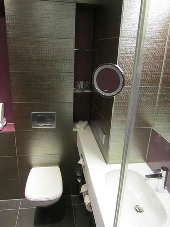 Hotel Indigo Berlin – Centre Alexanderplatz: bathroom top floor