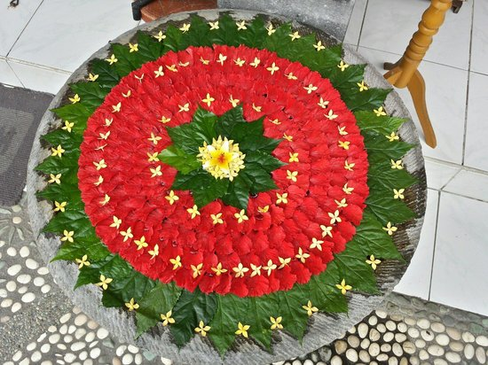 Sagitarius Inn: The ladies set a new floating flower mandala in front of the gift shop early each morning. It ch