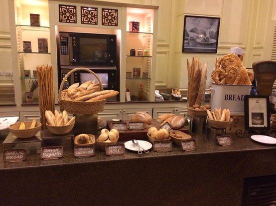 Sofitel Phnom Penh Phokeethra: breakfast Spread-Bread selections