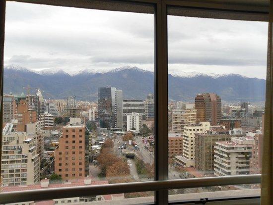 NH Collection Plaza Santiago: Vista da janela para as cordilheiras