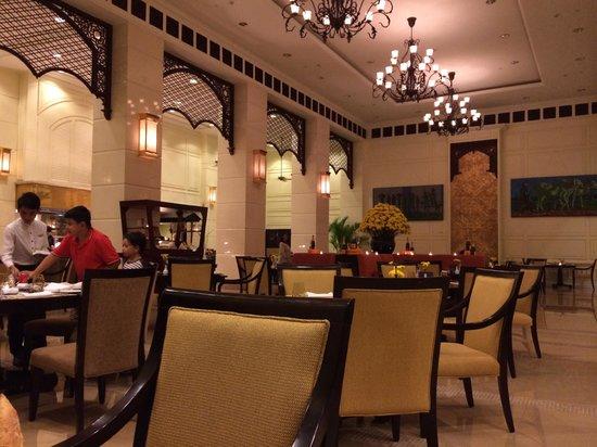 Sofitel Phnom Penh Phokeethra: Open Dining Hall