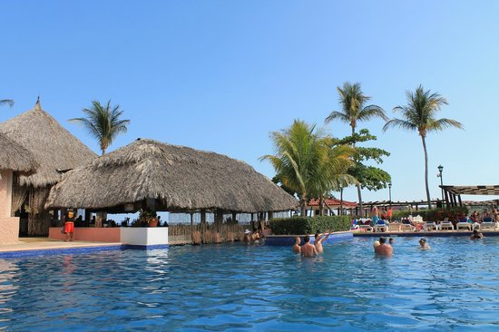 Barcelo Huatulco Beach Resort: swim up bar