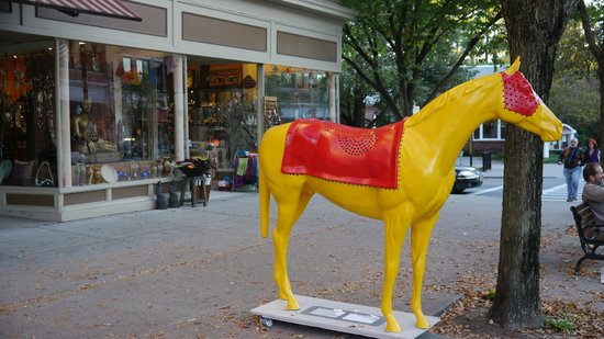 Hyatt Place Saratoga / Malta: Decorative horse on Broadway Saratoga,NY