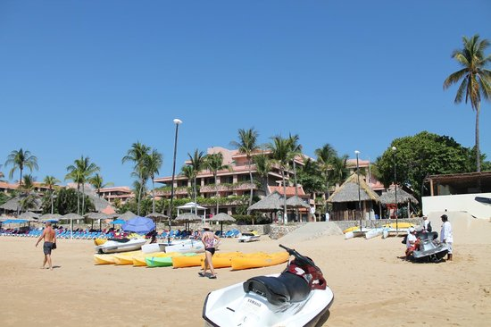 Barcelo Huatulco: beach view of hotel