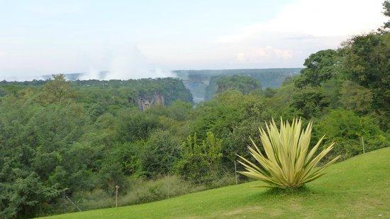 The Victoria Falls Hotel: Vista dal giardino del Victoria Falls Hotel