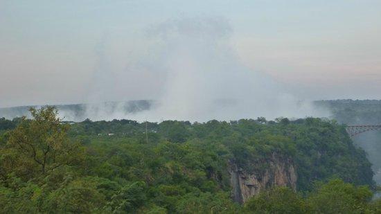 The Victoria Falls Hotel: Il fumo tuonante visto dall'hotel