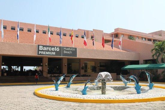 Barcelo Huatulco: front entrance