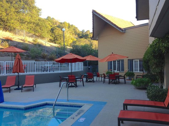 BEST WESTERN PLUS Novato Oaks Inn : table tennis above pool deck