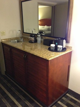 Embassy Suites by Hilton Hotel San Francisco Airport (SFO) - Waterfront : Wet bar and coffee making station