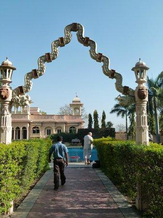 juSTa Rajputana, Udaipur Resort: allée de la piscine