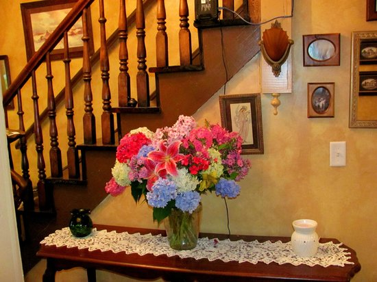Chamber's Guest House Bed and Breakfast: Every house needs flowers.