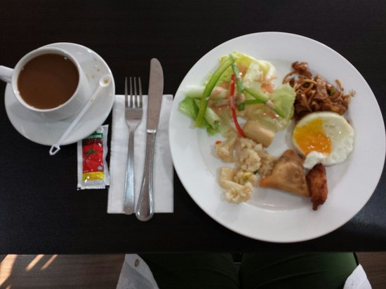 RELC International Hotel: Don't be concerned with small portions, I have a tiny tummy. Breakfast has much variety in food.