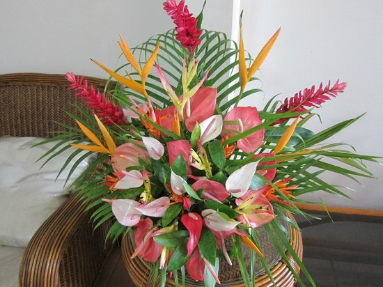 Lynn's Getaway Hotel: Beautiful flower arrangements around, changed regularly.