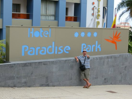 Paradise Park Fun Lifestyle Hotel: Top of the road.