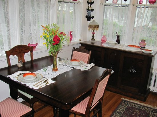 Chamber's Guest House Bed and Breakfast: Breakfast table in the sun room.