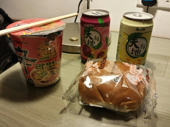 RELC International Hotel: Gift shop downstairs has great midnight snacking options! Here: spicy noodles, curry bun, chrysa