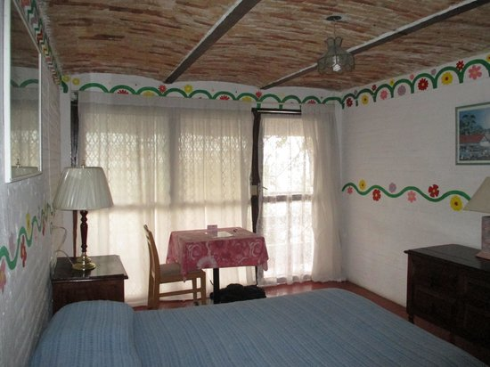 Los Cuatro Vientos Hotel: Light filled room