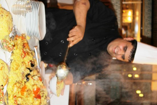 Montefiore Hotel: Samel serving upside down chicken