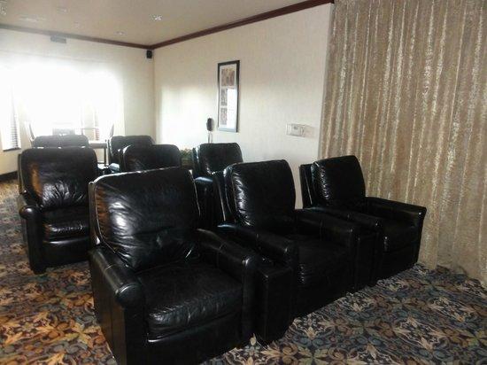 Staybridge Suites Tucson Airport: Theater room off lobby