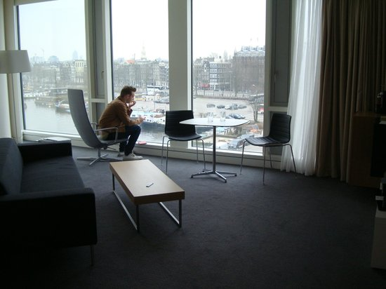 DoubleTree by Hilton Hotel Amsterdam Centraal Station: Living area