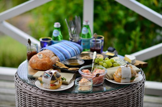 Boutique Wine Tours -  Tours: Picnic lunch at Matua