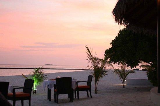Constance Halaveli: amazing sunset dinners on the beach