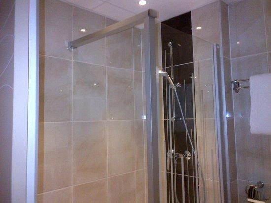 Brit Hotel Tours Sud - Le Cheops: douche italienne