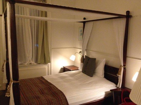 Carlton Guldsmeden - Guldsmeden Hotels: Lovely four poster bed in room
