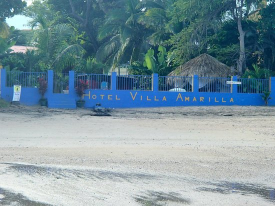 Hotel Villa Amarilla: Looking at the hotel from the water
