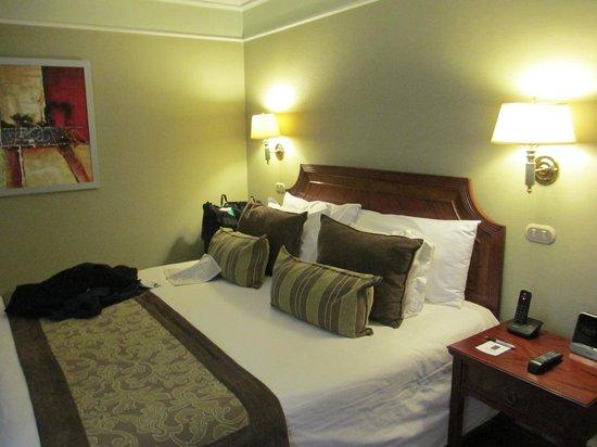 Regal Pacific Hotel: habitacion con menu de almohadas