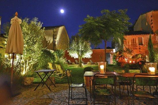 La Maison Rouge d'Uzes: Full moon over the garden & pool area