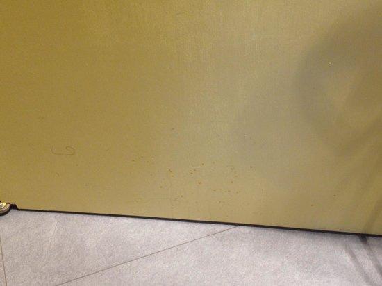 Residence Masone: La porta del bagno sporca