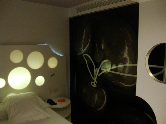 Room Mate Pau: Pared decorada, del otro lado bañera