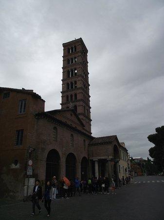 Piazza della Bocca della Verità : Igreja Santa Maria in Cosmedin construída no século VIII