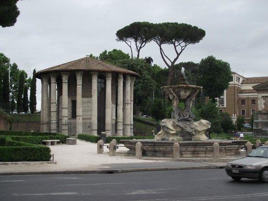 Piazza della Bocca della Verità : Templo de Ercole visto da Igreja Santa Maria in Cosmedin