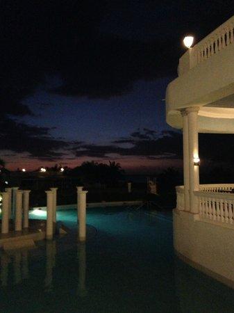 Grand Palladium Jamaica Resort & Spa: Italian Restaurant and Main Pool at sunset
