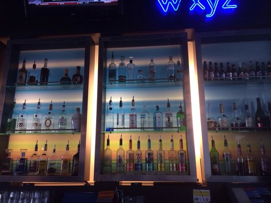 Aloft Ontario-Rancho Cucamonga: Great bar set up!