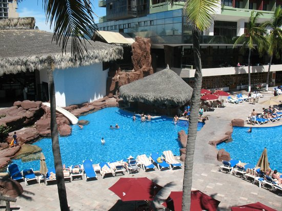 El Cid Castilla Beach Hotel: view of pool swim up bar from our room