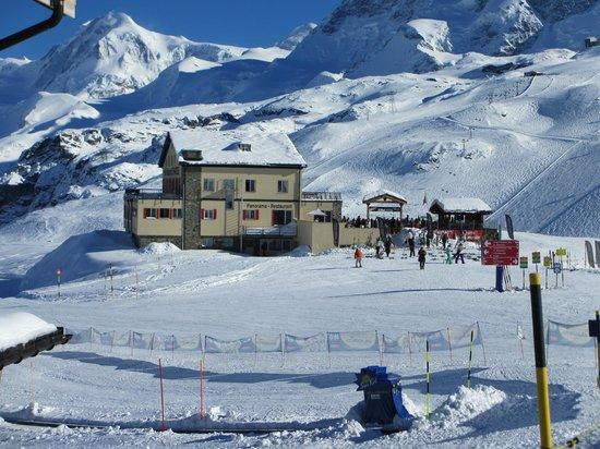 Hotel Restaurant Schwarzsee: Hotel from gondola station