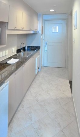 Green Court Serviced Apartment: studio kitchen