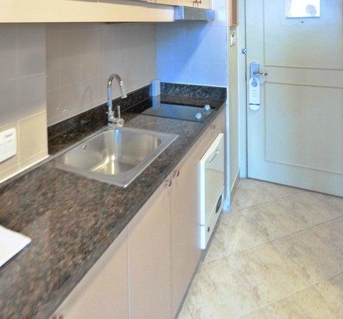 Green Court Serviced Apartment: studio kitchenette