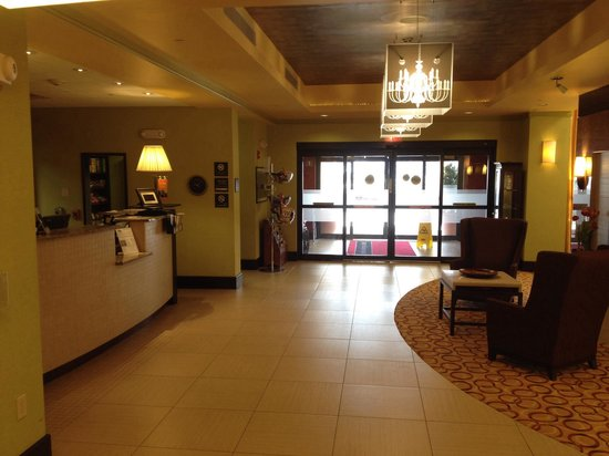 Hampton Inn & Suites Woodstock: Front lobby....