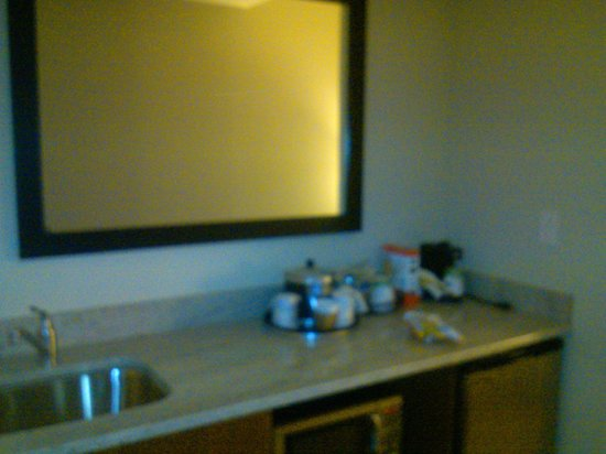 Hampton Inn & Suites Chapel Hill/Carrboro: Kitchenette - sink, minifrig, microwave