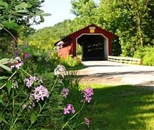 Eddington House Inn: Vermont Covered Bridge