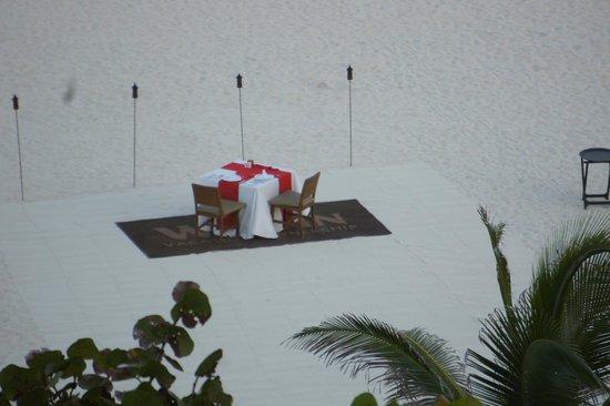 The Westin Lagunamar Ocean Resort Villas & Spa, Cancun : dinner table on beach