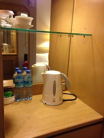 Santos Hotel: お茶、コーヒー、ミネラルウォーター、ポット