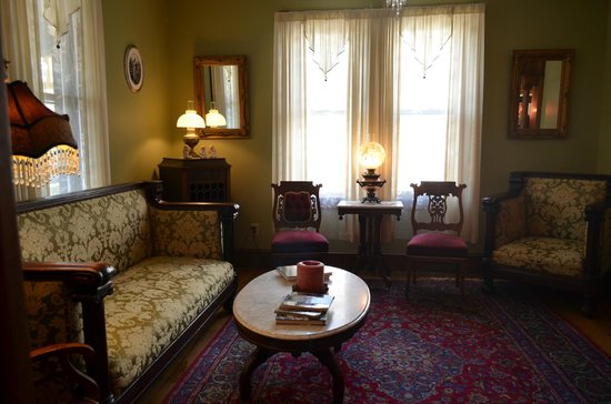 Albert Stevens Inn: drawing room